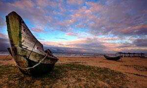 海边闲置的木船摄影图片