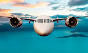 在空中飞翔的客机摄影图片