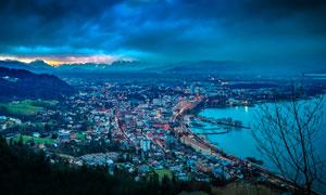 黄昏下的海边城市景观摄影图片