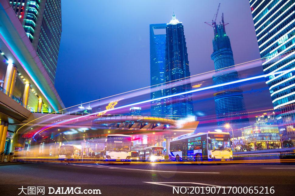 城市夜景和繁华的街道摄影图片