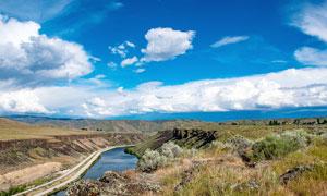 蓝天下的高原和草原美景摄影图片