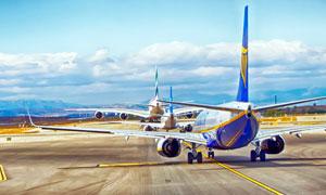飞机场正在滑行的客机摄影图片