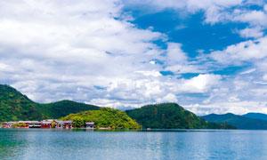 蓝天白云下的泸沽湖景色摄影图片