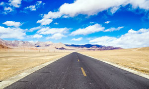 蓝天白云下的西藏公路摄影图片