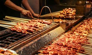 正在烤制的羊肉串美食摄影图片