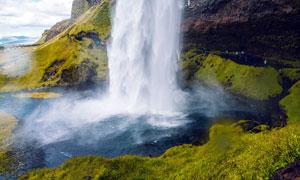 山脚美丽的瀑布流水摄影图片
