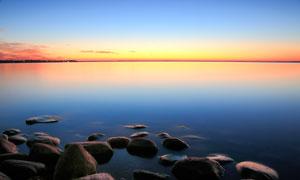 黄昏下美丽的湖泊和岩石摄影图片