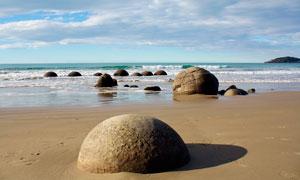 海邊摩拉基圓形巨石攝影圖片