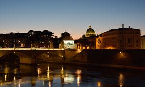 夜色中的梵蒂冈圣彼得大教堂摄影图片
