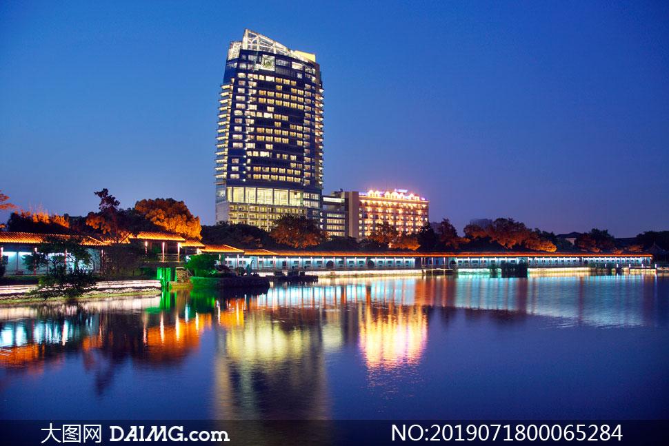 城市中美丽的湖泊美景摄影图片