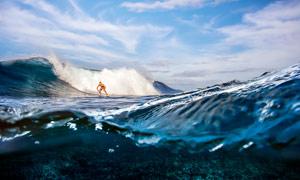 在大海中沖浪的人高清攝影圖片