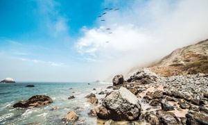 云雾缭绕的海边美景摄影图片