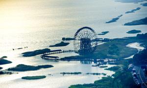 太湖邊上的摩天輪攝影圖片
