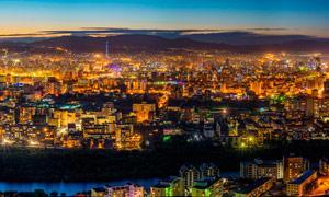 夜幕降臨下的城市景觀攝影圖片