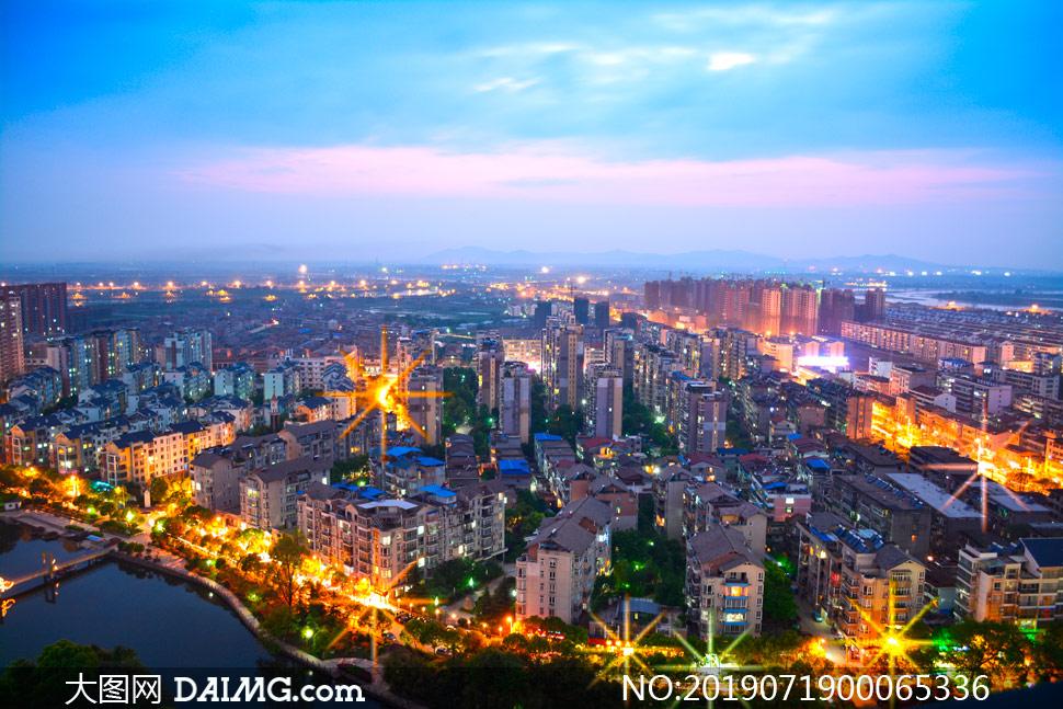 黄昏下的城市灯光美景摄影图片