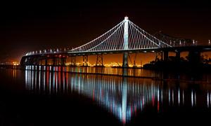 城市中的桥梁夜景灯光摄影图片