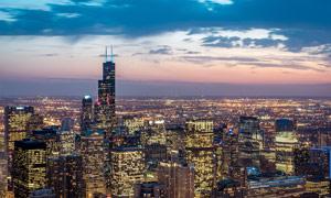 黄昏下的城市夜景灯光摄影图片