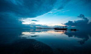 黄昏下湖中的游船摄影图片