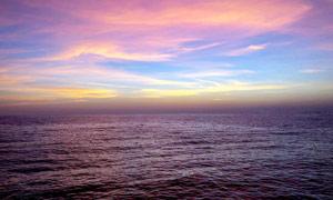 黄昏下平静的海平面高清摄影图片