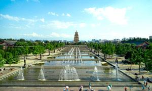 西安大雁塔和广场喷泉摄影图片