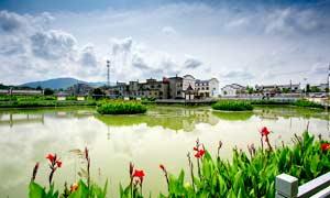鄉村建筑和池塘美景攝影圖片