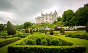 歐式園林中的城堡攝影圖片