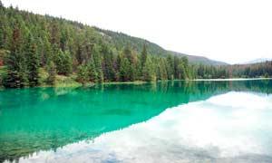 山间森林中美丽的湖泊摄影图片