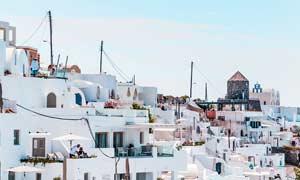 蓝天下的希腊建筑群摄影图片