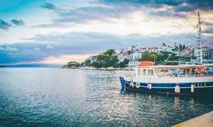 希腊海边城市和轮船摄影图片