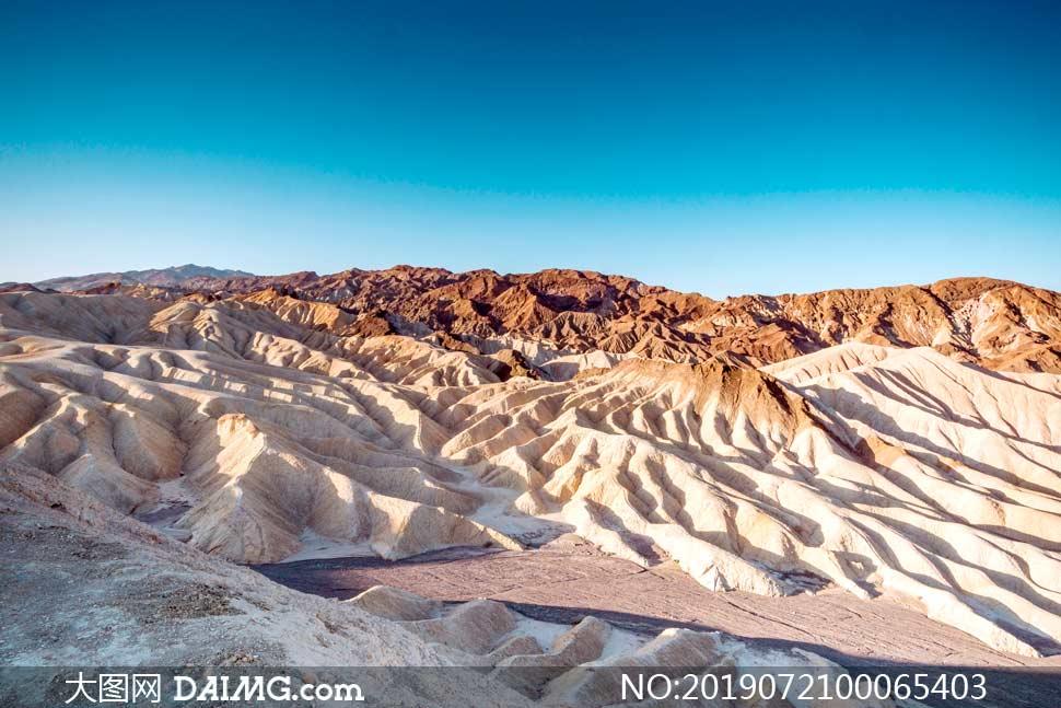 蓝天下的山形地貌景观摄影图片