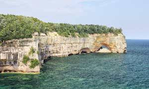 海边悬崖和树木摄影图片