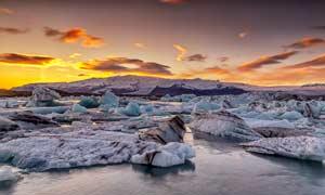 黄昏下的冰川美景摄影图片