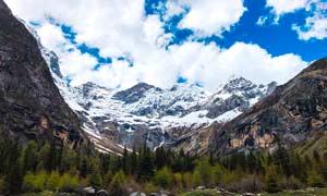 蓝天白云下的山谷景观摄影图片