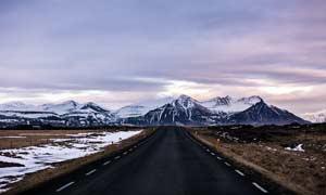 通向雪山的公路美景摄影图片