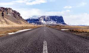 雪山下的公路景观摄影图片