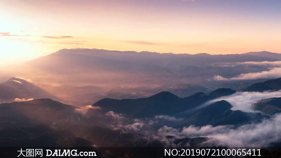 夕阳下的云雾山岭美景摄影图片