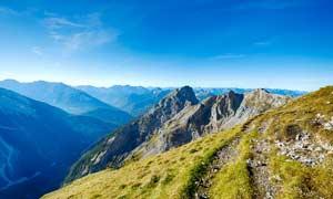 连绵的大山和山顶景观摄影图片