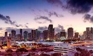 黄昏下的城市建筑摄影图片