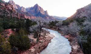大山之中的小河流摄影图片