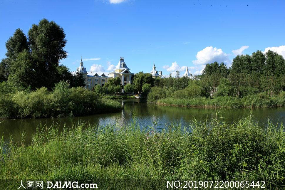 蓝天下的伏尔加庄园摄影图片