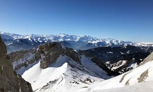 蓝天下连绵的雪山摄影图片