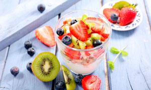 草莓水果和酸奶摄影图片