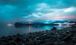 夜空下的海邊石頭特寫攝影圖片