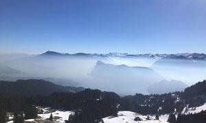 陽光下的雪山山頂風光攝影圖片