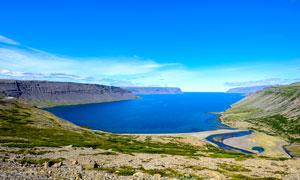 藍色天空下的美麗湖泊攝影圖片