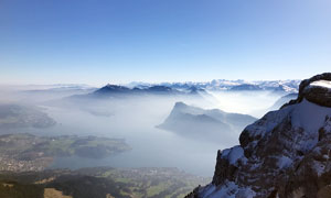 连绵的雪山和云雾摄影图片