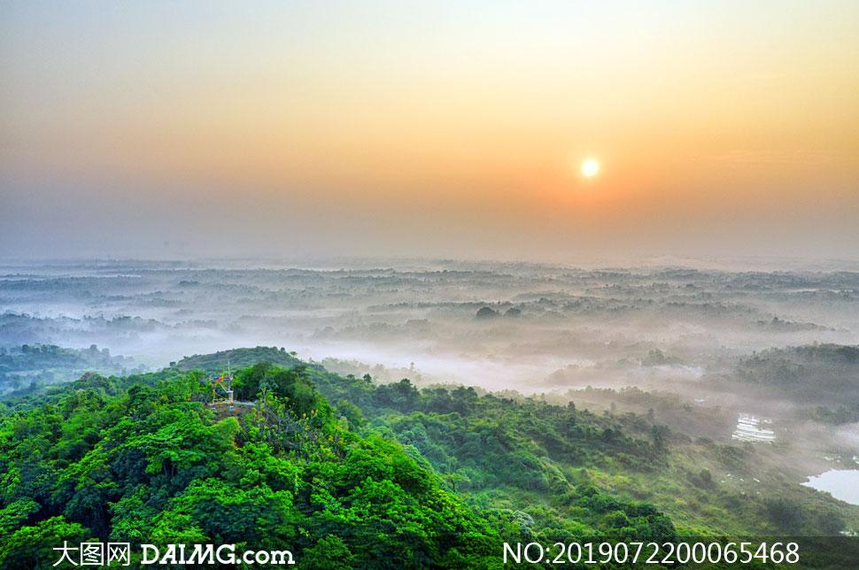 绿色大山山顶美丽的日出摄影图片