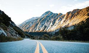 大山之中的公路景观摄影图片
