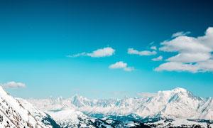 蓝天下壮观的雪山美景摄影图片