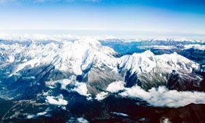 连绵的雪山全景摄影图片
